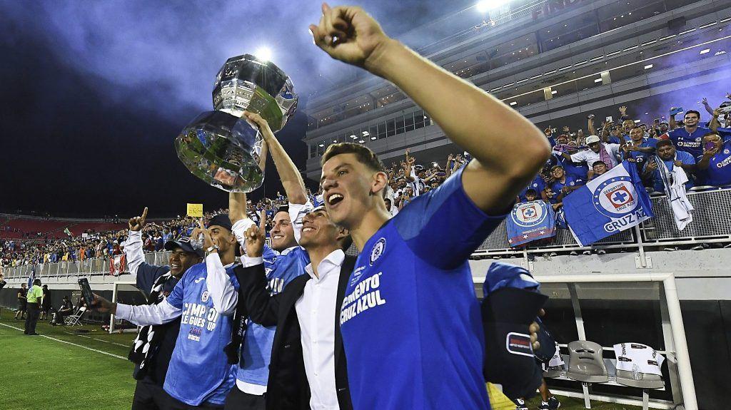Filtra patrocinador playera del Cruz Azul.