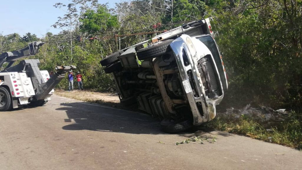 Vuelca camión de basura de Playacar