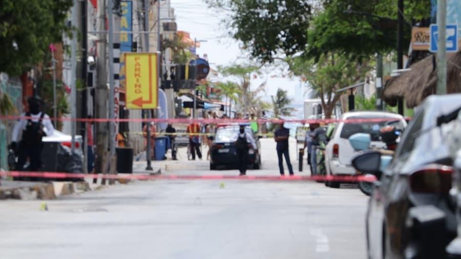 Disparan asaltantes a policías en zona turística de Playa del Carmen y son detenidos