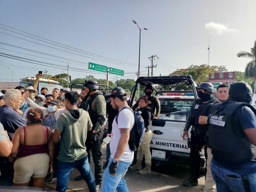Liberan granaderos y autoridades carriles  de la carretera en Tulum