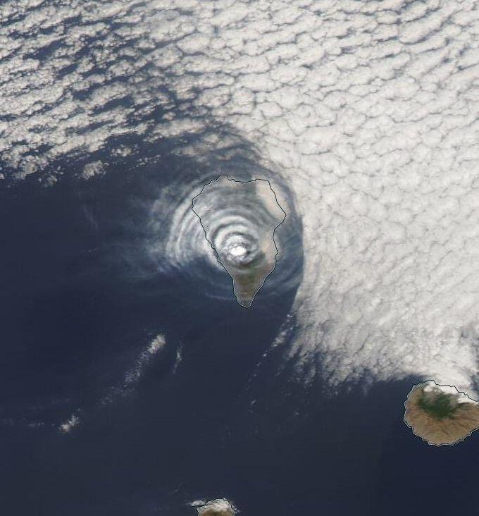 Capta satélite de la NASA nubes extrañas sobre volcán en España